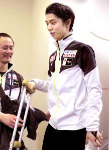 松葉杖で会見場を後にした羽生(カメラ・高木恵)