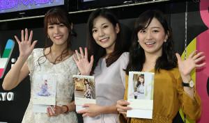 自身が写ったカレンダーを紹介する(左から)鷲見玲奈、西野志海、片渕茜アナ(カメラ・軍司 敦史)