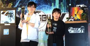 日本一となり世界決勝への出場を決めたウツギさん(左)とToki―custamさん(C)創通・サンライズ