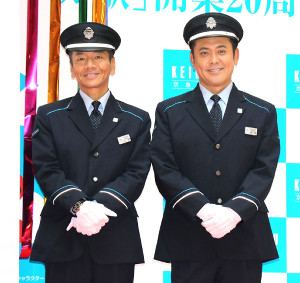 羽田空港国内線ターミナル駅開業20周年記念式典に参加したくりぃむしちゅーの上田晋也(左)と有田哲平