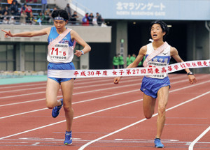 Vサインをしながらゴールに飛び込んだ伊藤(左)