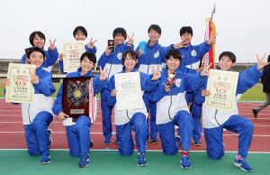 満面の笑顔で連覇のVサインで喜ぶ山梨学院女子のメンバー