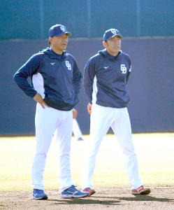 秋季キャンプを打ち上げた中日・与田新監督(左)は荒木2軍内野守備走塁コーチと談笑