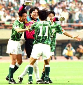 93年、横浜Fとの試合でPKをセーブし劇的勝利に喜ぶV川崎・GK藤川(左から2人目=左は柱谷、右は武田、〈11〉は三浦)