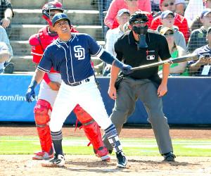 エンゼルスとのオープン戦で本塁打を放つパドレスのクリスチャン・ビヤヌエバ(2月27日、カメラ・泉 貫太)