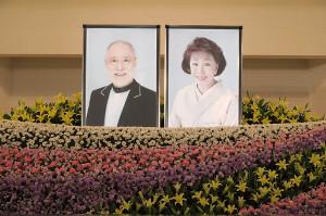 津川雅彦さんと朝丘雪路さんの遺影が並ぶ合同葬の祭壇