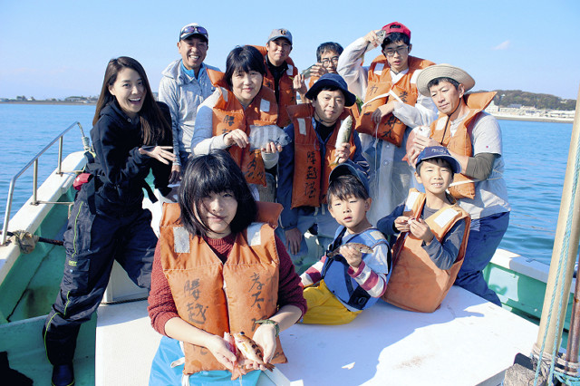 参加者は釣り上げた魚を持って大満足。左端は先生役で参加した小野瀬みらい