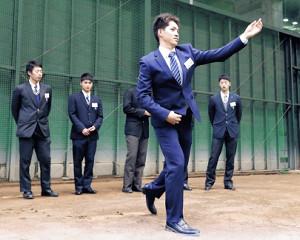 室内練習場でブルペンの感触を確かめる高橋(カメラ・矢口 亨)