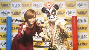 プロレスデビューするラッキィ池田(右、左は末吉桃子)