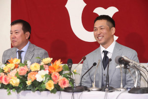 入団会見で笑顔を見せる中島(左は原監督)
