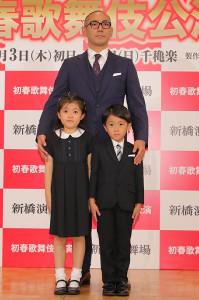 会見に登場した市川海老蔵(中央)、麗禾ちゃん(左下)と勸玄くん
