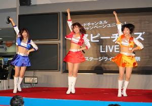 歌と踊りで会場をわかせたスピーチーズの(左から)北見直美、久明千恵、櫻庭ヨウ