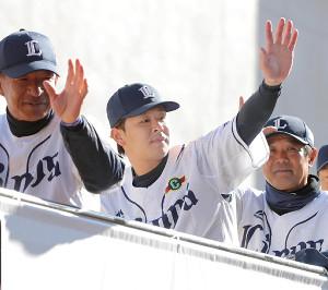 リーグ優勝パレードに参加し、バスの上から手を振る浅村(中)