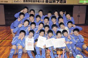 6連覇を達成し、笑顔を見せる富山第一女子