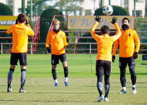 仙台戦に向けたトレーニングを行う鹿島・鈴木(右)