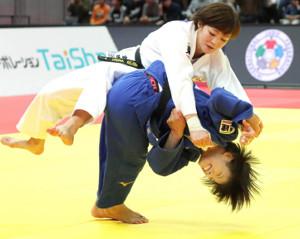 女子52キロ級決勝、角田(左)に投げ技をかける阿部詩(カメラ・馬場 秀則)