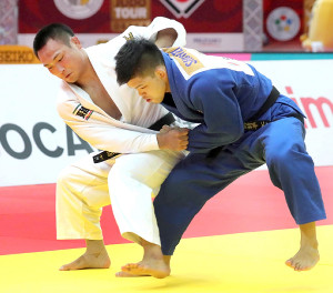 男子73キロ級決勝で、激しく投げの打ち合いをする(左から)海老沼 匡と大野将平