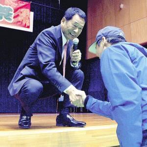 トークイベント中にファンと握手をする中畑清さん