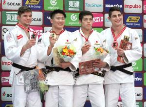 表彰式で笑顔を見せる男子90キロ級金メダルの向翔一郎(左から2人目)と銅メダルの村尾三四郎(同3人目)