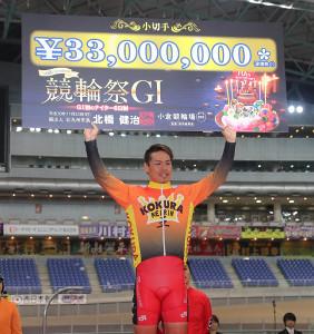 優勝賞金のボードを掲げる浅井康太(カメラ・谷口 健二)