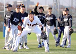 障害者野球チーム、東京ジャイアンツをサプライズ訪問した坂本勇(カメラ・泉 貫太)