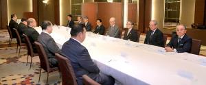 横綱審議委員による会合が行われた(前列左から3人目は八角理事長、後列右から4人目は北村正任委員長)