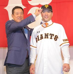 巨人に入団が決まった炭谷銀仁朗(右)は原辰徳監督から帽子をかぶらせてもらった