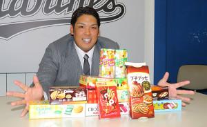 5000万円で契約更改した井上晴哉がロッテのお菓子を前に笑顔でポーズ