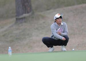 石川遼のキャディーを務める佐藤賢和氏は18番グリーンの確認を行った