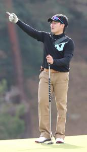 選手会ゴルフで笑顔でラウンドする丸