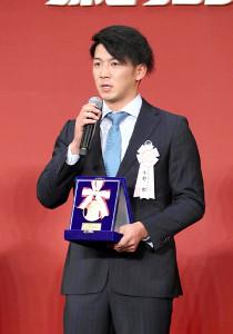 イースタンの最多セーブ投手賞を受賞した楽天・小野郁
