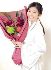 初の主演女優賞を喜ぶ篠原涼子。夫の市村正親からは「握手して『良かったね』って祝福されました」(カメラ・小泉 洋樹)