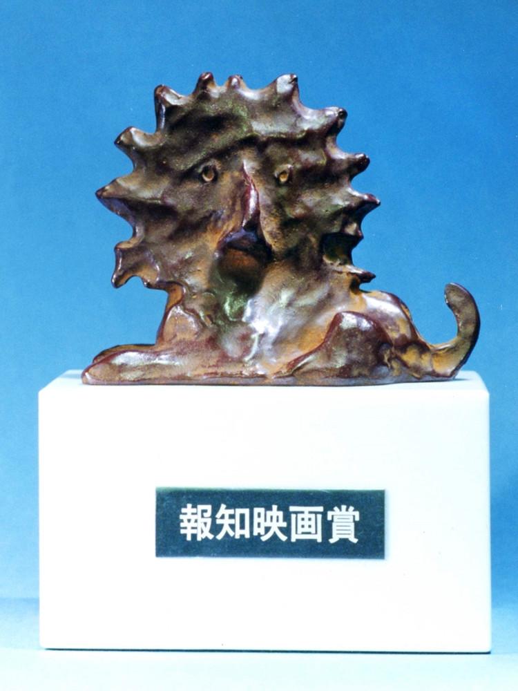 受賞者に贈られるブロンズ像