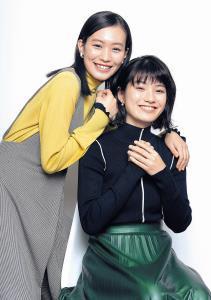 顔を寄せ合ってダブル受賞を喜ぶ南沙良(左)と蒔田彩珠(カメラ・頓所 美代子)