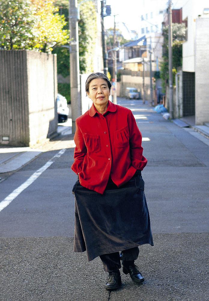 """2008年助演女優賞時の樹木希林さん。""""紙面映え""""を考え珍しい赤い服で"""