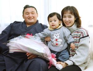 96年12月、報知年間優秀力士賞を受賞した貴乃花と景子夫人、長男・優一ちゃんとともに喜びに浸った