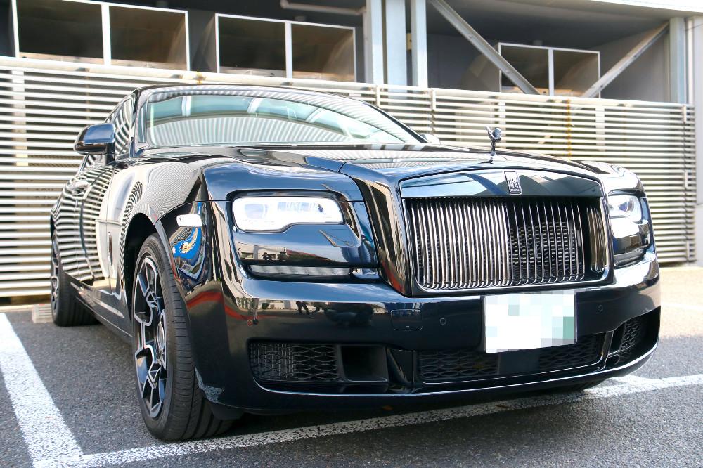 平田が購入し駐車場に止められた高級外車のロールス・ロイス