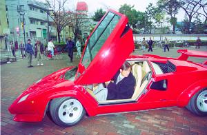ランボルギーニ・カウンタックで契約更改に訪れた新庄(1993年撮影)