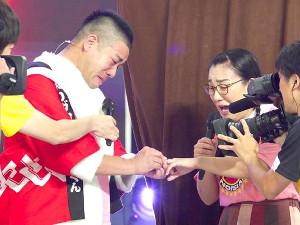 「24時間テレビ」で交際していたチェリー吉武(左)から公開プロポーズを受けた白鳥久美子
