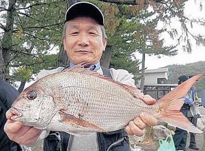 石川・能登島で良型マダイを仕留めた三河サーフの稲垣会長