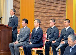 壇上で来春への決意を誓った札幌大谷の(左から)飯田主将、船尾監督、五十嵐部長、西原、石鳥