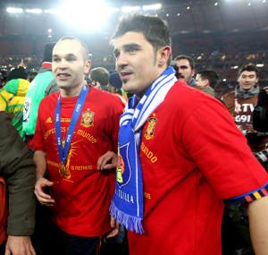 10年、W杯で優勝して喜ぶスペインのイニエスタ(左)とビジャ