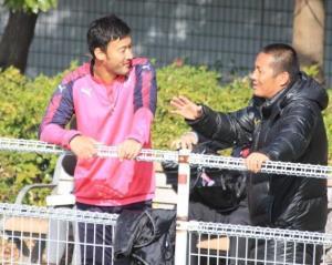 練習後に森島フットボールオペレーション部長と会話をするC大阪の茂庭(左)