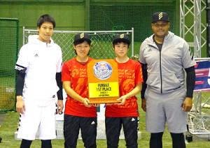 「レッドブル」のイベントに参加したヤクルト・山田哲(左)と元楽天のA・ジョーンズ氏(右)