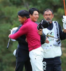 最終18番、プレーオフを制し優勝の小平智(手前)は石川遼と抱擁