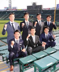 甲子園球場で記念写真に納まる阪神の新人7選手