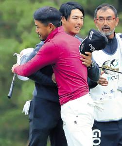 石川遼は小平(手前)と抱き合って健闘をたたえ合う