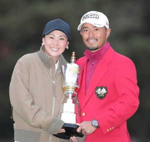 JTカップを手に笑顔で記念撮影を行う小平智(右)と古閑美保さん