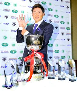 最優秀選手賞を含む6冠を達成した今平周吾は、記念トロフィーの前でポーズをとった