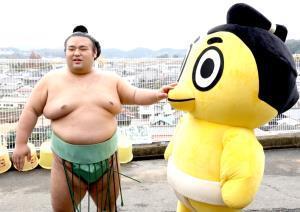 相撲協会のマスコット「ハッキヨイ!せきトリくん」をいじる貴景勝(カメラ・能登谷 博明)